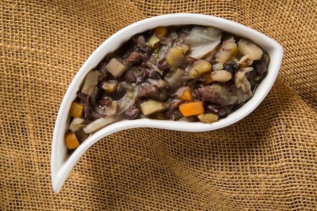 Tradycyjne brazylijskie jedzenie zwane feijao de capataz.