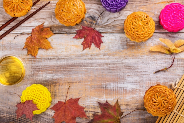 Tradycyjne chińskie ciastka księżycowe. słodki i pikantny deser domowej roboty na chiński festiwal w połowie jesieni