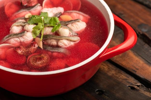 Tradycyjne chińskie dania bankietowe, czysta zupa rybna z czerwonych grzybów