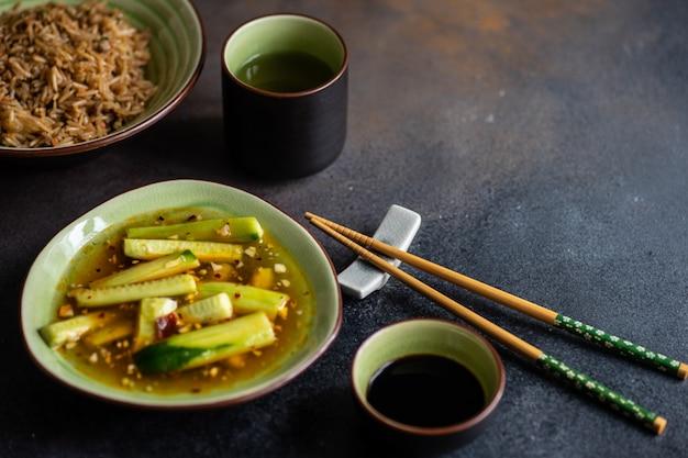 Tradycyjne chińskie jedzenie z ryżem i mięsem