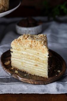 Tradycyjne ciasto ciasto francuskie napoleona z kremem maślanym