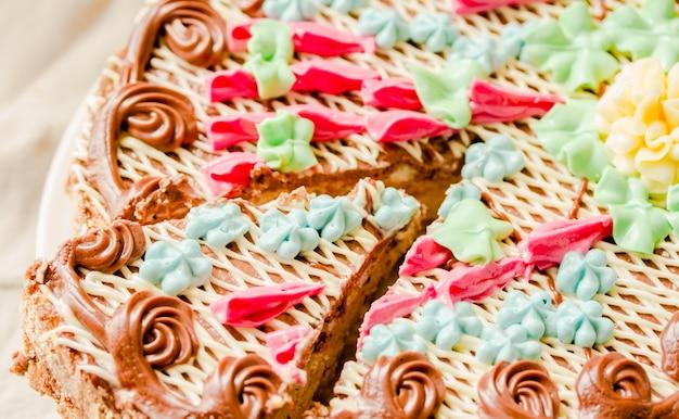 Tradycyjne ciasto kijów (kijów) lub beza daquoise kawałek ciasta z kremem maślanym na talerzu. smaczny tort na białym tle lniany komfort. zbliżenie