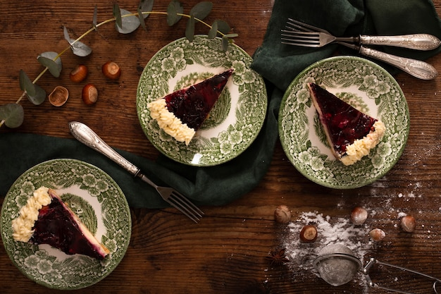 Tradycyjne ciasto na drewnianym stole