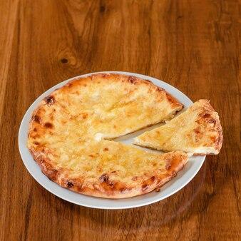 Tradycyjne ciasto osetyjskie z martwą naturą z serem feta