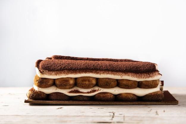 Tradycyjne ciasto tiramisu na drewnianym stole