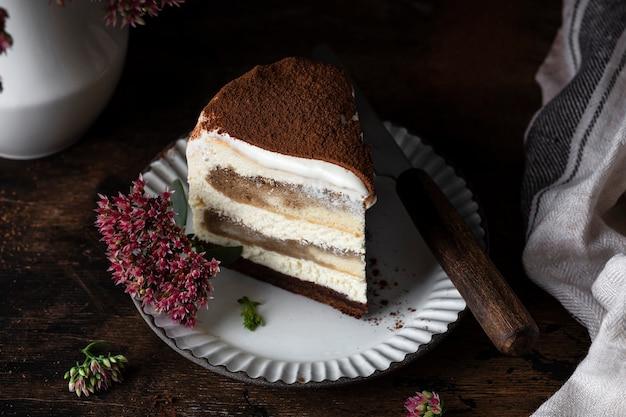 Tradycyjne ciasto tiramisu z kawą i czekoladą
