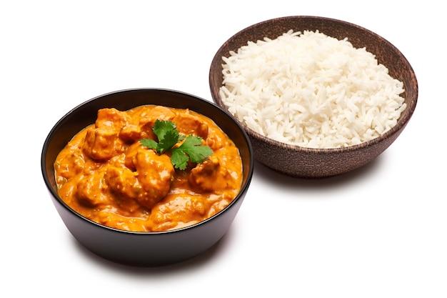 Tradycyjne curry z kurczaka i miskę gotowanego ryżu na białym tle