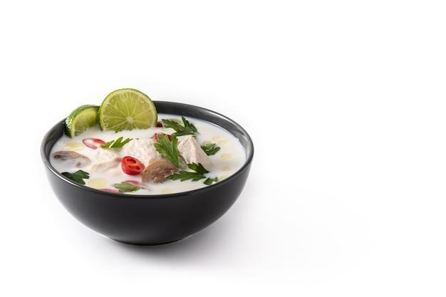 Tradycyjne dania kuchni tajskiej tom kha gai w misce na białym tle