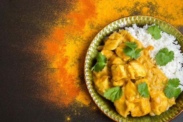 Tradycyjne danie indyjskie. pikantny kurczak duszony w sosie curry