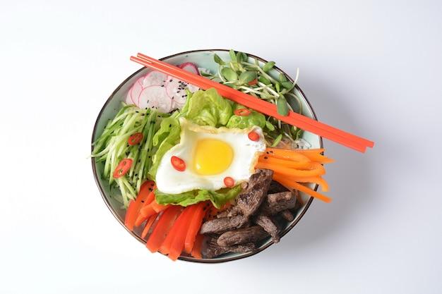 Tradycyjne danie koreańskie z jajkiem, wołowiną i warzywami