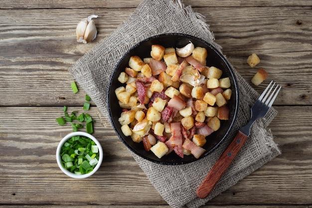 Tradycyjne danie kuchni hiszpańskiej - migos z chleba. widok z góry.