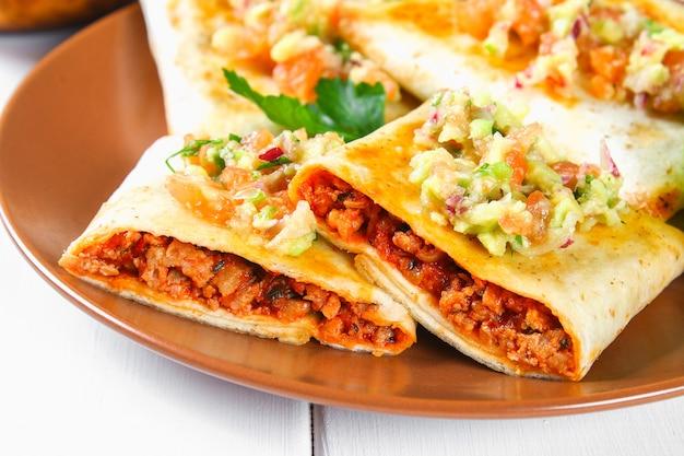 Tradycyjne danie meksykańskie - chimichanga.