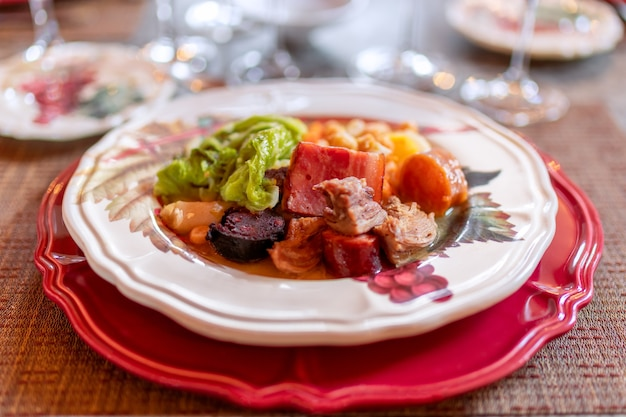 Tradycyjne danie narodowe portugalii: cozido a portuguesa. kuchnia portugalska. (selektywna ostrość)