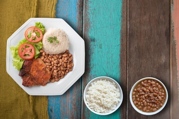 Tradycyjne danie z fasoli brazylijskiej żywności z widokiem z góry ryżu.