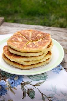 Tradycyjne domowe ciasta rumuńskie i mołdawskie - placinta. styl rustykalny, selektywne focus.