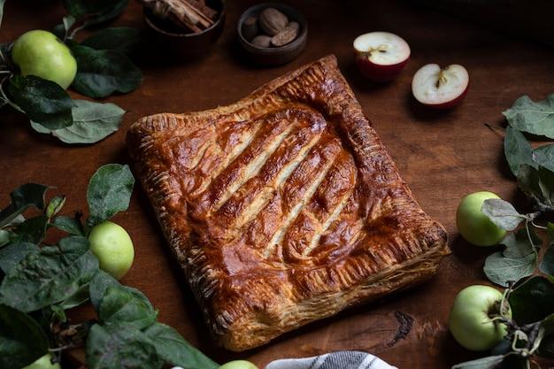 Tradycyjne domowe ciasto jabłkowe z imbirowym ciastem francuskim