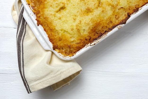 Tradycyjne domowe ciasto pasterskie z góry. stopa domku. koncepcja angielskiego jedzenia