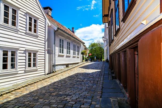 Tradycyjne domy i droga, obłożone cegłą