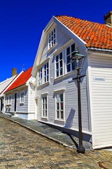 Tradycyjne domy i droga, pokryte kamieniami
