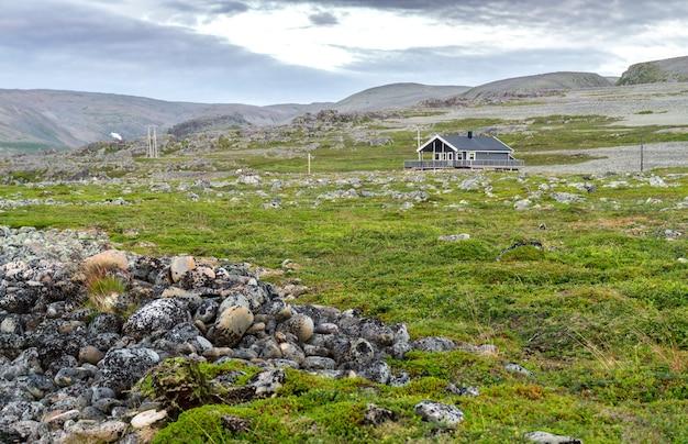 Tradycyjne domy letniskowe na wybrzeżu morza barentsa, finnmark, norwegia