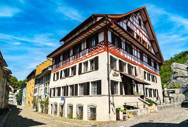 Tradycyjne domy na starym mieście w baden w aargau w szwajcarii