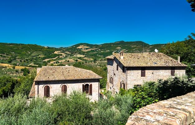 Tradycyjne domy w asyżu w perugii we włoszech