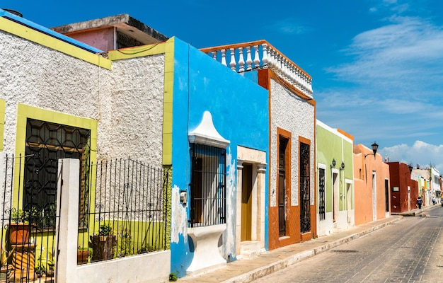 Tradycyjne domy w san francisco de campeche, meksyk