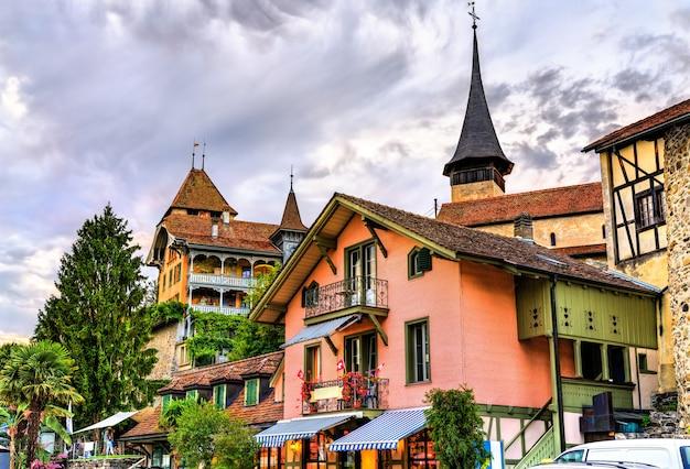 Tradycyjne domy w spiez - oberland berneński, szwajcaria