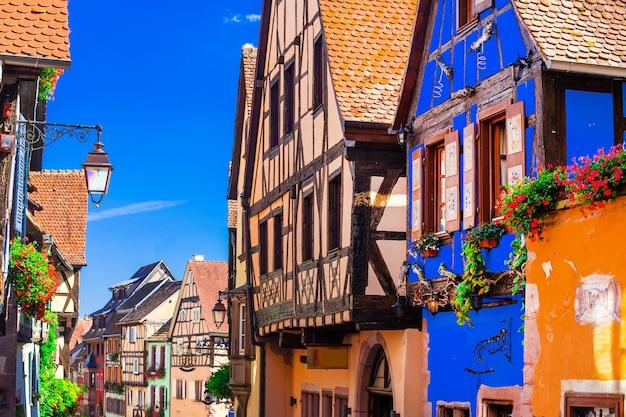 Tradycyjne domy z muru pruskiego z regionu alzacji, wieś riquewihr, francja