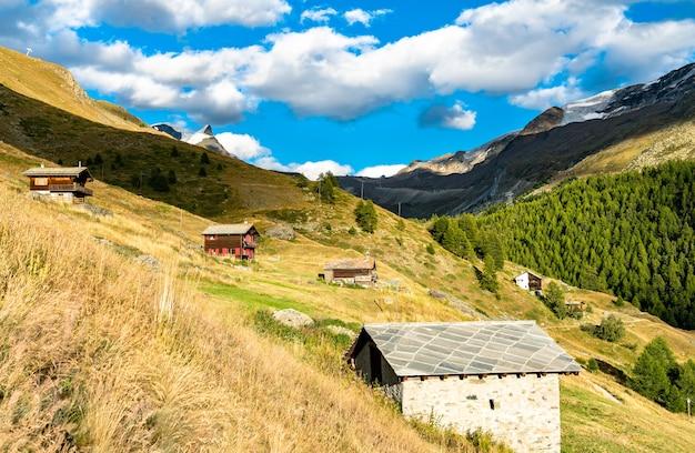 Tradycyjne drewniane domy w findeln niedaleko zermatt - mattehorn w szwajcarii