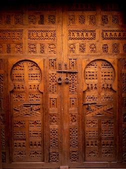 Tradycyjne drewniane drzwi w marrakeszu