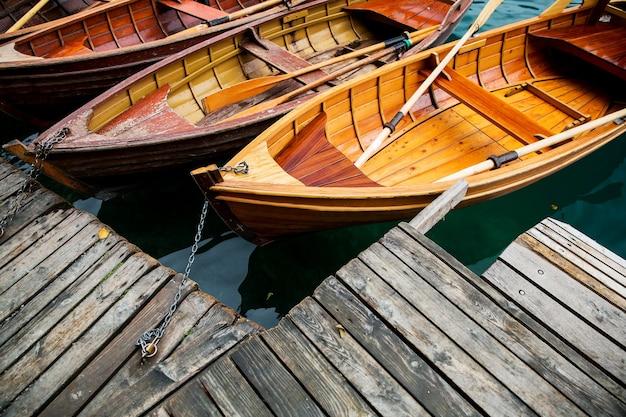 Tradycyjne drewniane łodzie na jeziorze bled, słowenia.