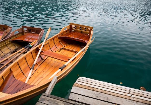 Tradycyjne drewniane łodzie na zapleczu kościoła na wyspie na jeziorze bled słowenia