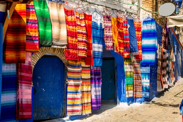 Tradycyjne dywany na niebieskiej ulicy chefchaouen.