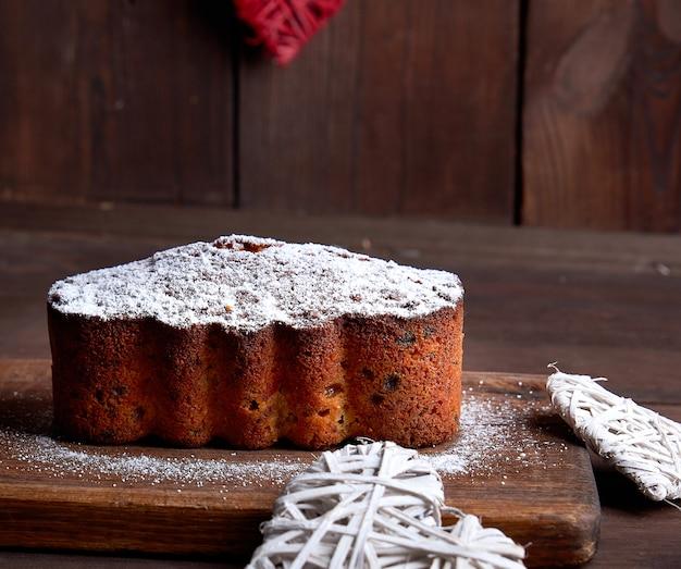 Tradycyjne europejskie ciasto stollen z orzechami i owocami kandyzowanymi
