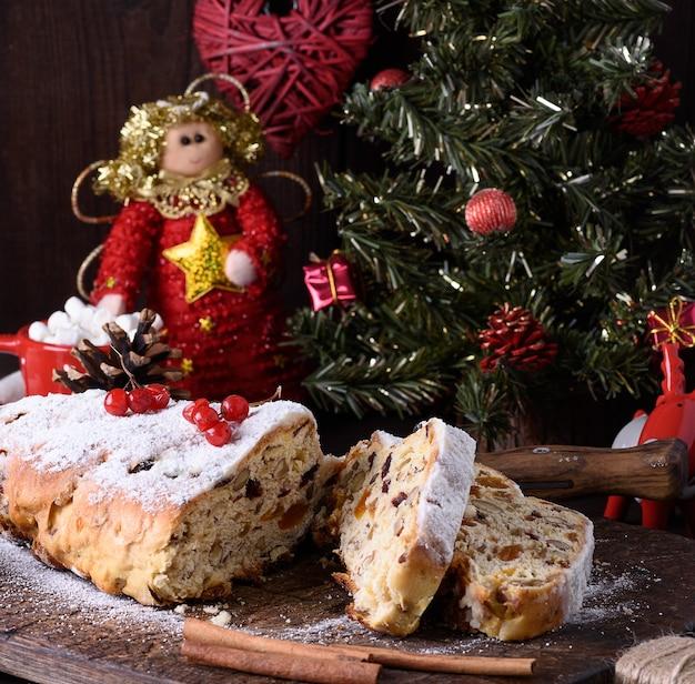 Tradycyjne europejskie ciasto z orzechami i kandyzowanymi owocami