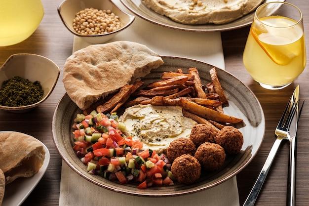 Tradycyjne falafelowe kulki z sałatką i hummusem na talerzu