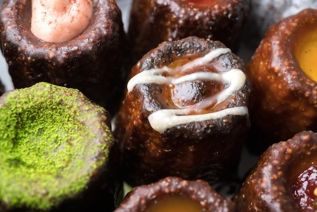 Tradycyjne francuskie małe ciasto z rumem i deserem waniliowym