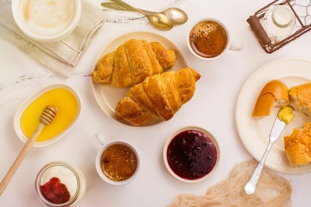 Tradycyjne francuskie śniadanie