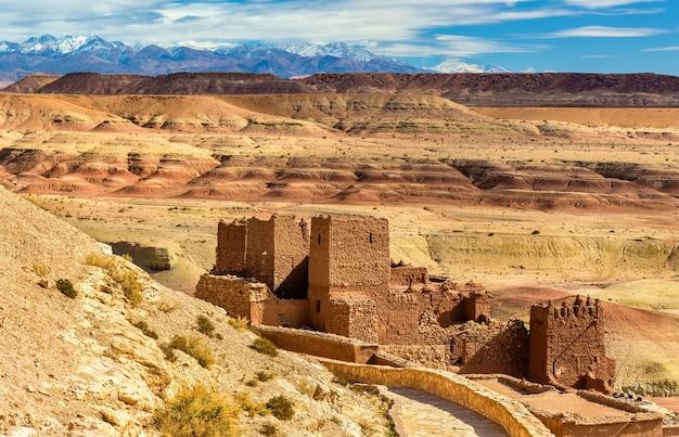 Tradycyjne gliniane domy w miejscowości ait ben haddou, wpisanej na listę światowego dziedzictwa unesco w maroku