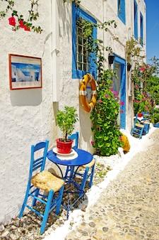 Tradycyjne greckie bary uliczne i tawerny. z typowymi drewnianymi krzesłami.