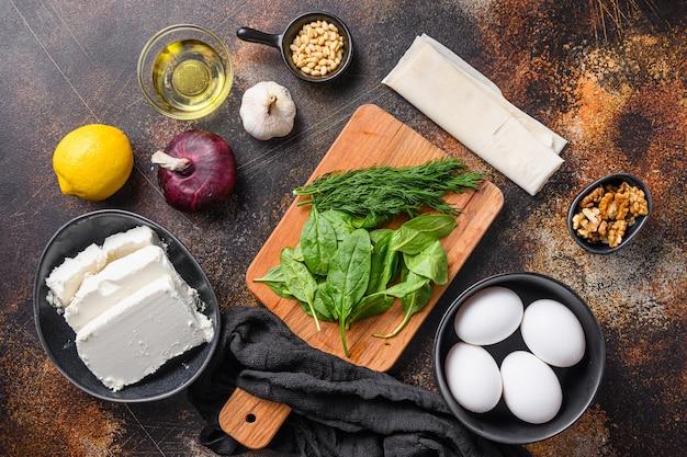 Tradycyjne greckie składniki spanakopita filo szpinak feta widok z góry.