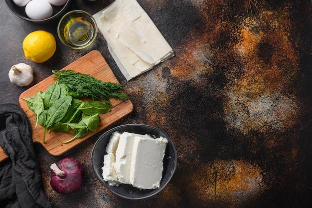 Tradycyjne greckie składniki spanakopita filo szpinak jaja feta widok z góry