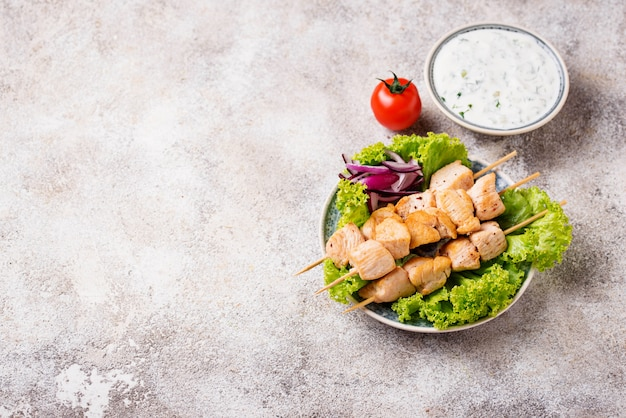 Tradycyjne greckie szaszłyki mięsne souvlaki