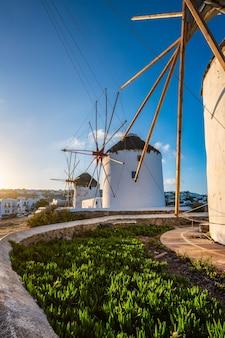 Tradycyjne greckie wiatraki na wyspie mykonos o wschodzie słońca cyklady grecja