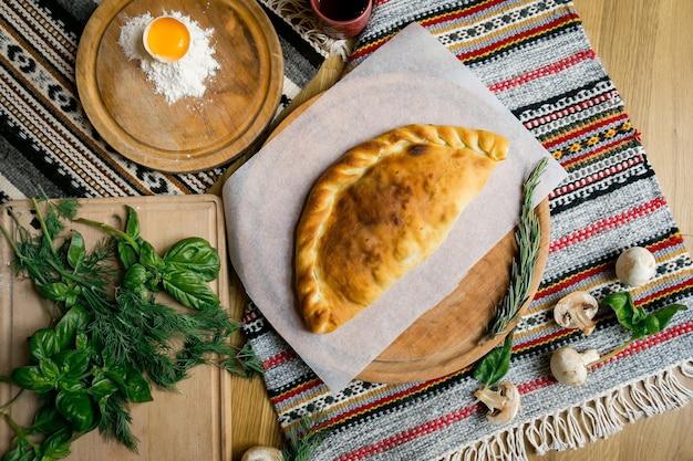 Tradycyjne gruzińskie adjara chaczapuri i kolkh chaczapuri na stole. domowe wypieki