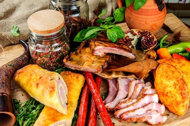 Tradycyjne gruzińskie dania mięsne na drewnianym tle.