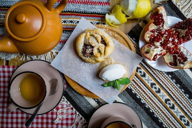 Tradycyjne gruzińskie słodycze i desery z orzechami laskowymi, włoskimi, sokiem winogronowym, miodem, czekoladą. baklava, nakhini, churchkhela. owoce świeże i kandyzowane. tradycyjna kawa po turecku.