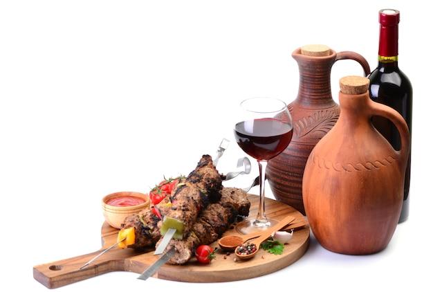 Tradycyjne gruzińskie wino do picia i kebab