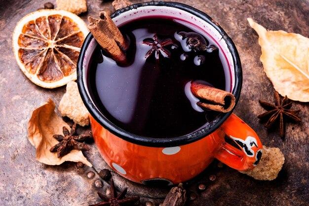 Tradycyjne grzane wino w kubku